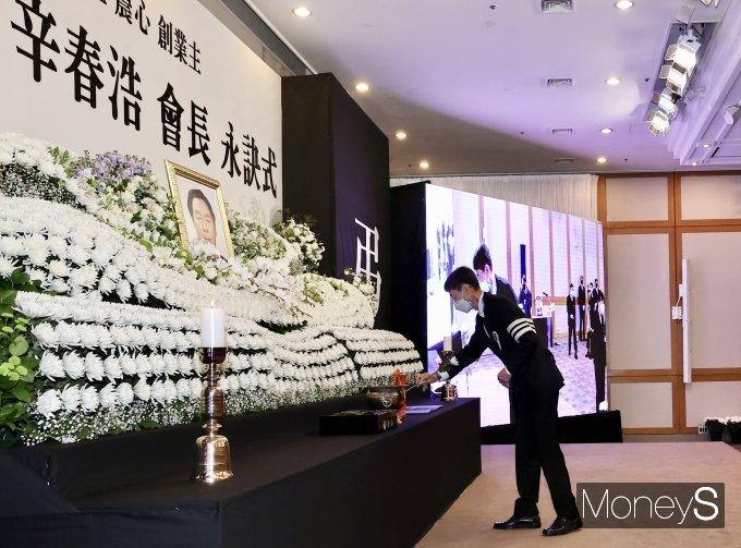[머니S포토] 헌화하는 신동원 농심 부회장