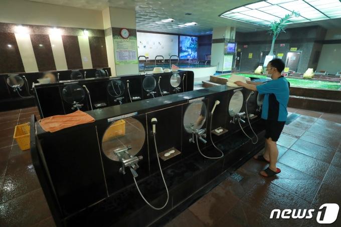 서울 구로구 사우나에서 코로나19 집단감염이 발생했다. 사진은 지난 15일 서울의 한 목욕탕에서 마스크를 쓴 세신사가 목욕용품을 정리하는 모습. 기사와 무관함. /사진=뉴스1