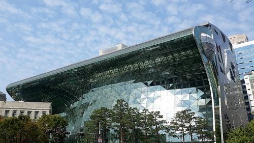 서울시는 최근 사회문제가 되는 근생빌라 피해 방지를 위해 시민들이 건축물 분양 또는 매입시 건축물대장을 반드시 확인하도록 요청했다. 건축물대장에는 위치·면적·구조·용도·층수 등 건축물에 관한 사항을 표시하고 있어, 해당 건축물 용도가 무엇인지 확인할 수 있다. 사진은 서울시청 전경./사진제공=서울시