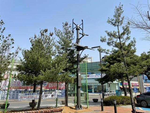 안성시는 다수의 시민이 이용하는 공도만정유적공원 등 20개 공원에 하이브리드 가로등 31본을 설치·운영한다고 밝혔다. / 사진제공=안성시