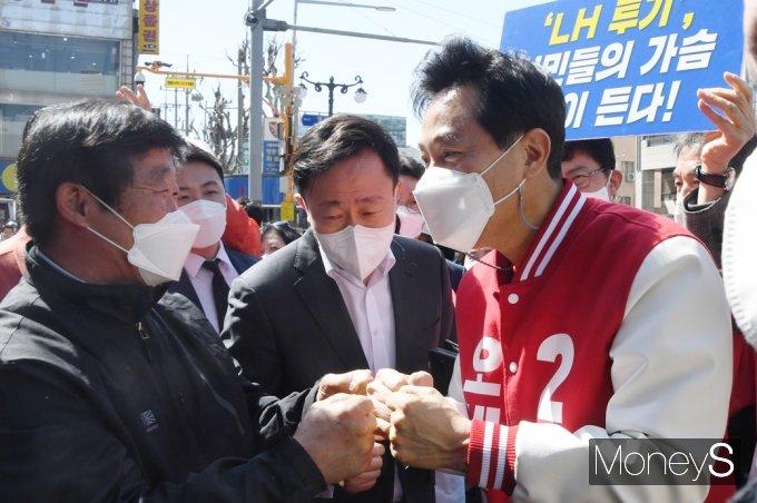 [머니S포토] 지지자 응원받는 '오세훈'