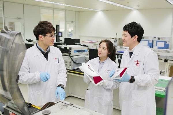 LG에너지솔루션 대전 배터리 기술연구원들이 각형 배터리를 연구하고 있다. /사진=LG에너지솔루션