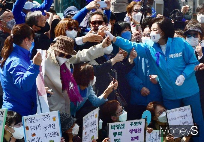 [머니S포토] 일주일 앞 재보선 '박영선' 지지자 응원 힘입어...