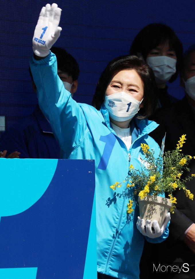 [머니S포토] 재보선 '박영선' 마스크 안 환한 미소로 인사