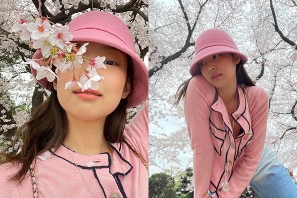 걸그룹 블랙핑크 제니가 벚꽃 놀이 인증샷을 공개했다. /사진=블랙핑크 제니 인스타그램