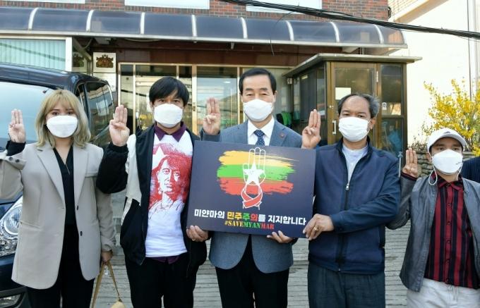 문석진 서대문구청장이 5일 오전 서울 한남동 주한 미얀마 대사관 앞에서 미얀마 민주화운동 지지 선언문을 발표했다. / 사진제공=서대문구