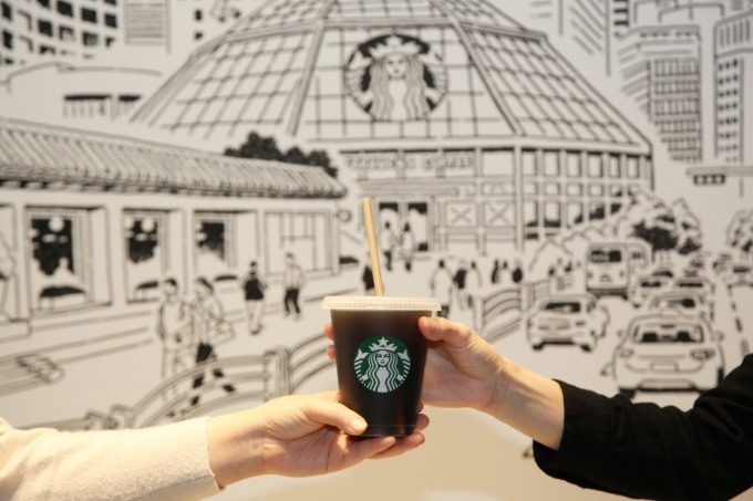 스타벅스가 2025년까지 전국 매장의 일회용컵을 리유저블컵으로 대체한다. /사진=스타벅스커피코리아