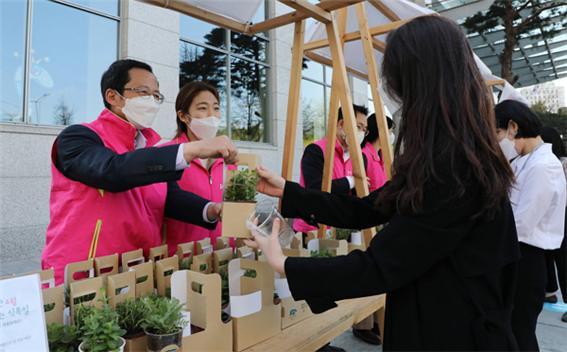 흥국생명이 친환경 재활용 화분 나눔 행사를 지난 5일 진행했다./사진=흥국생명