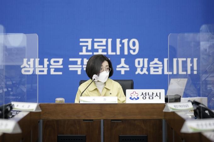 은수미 성남시장이 성남시청 관계자들과 회의를 하고 있다. / 사진제공=성남시