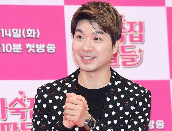 방송인 박수홍이 친형 부부로부터 횡령 피해 사실을 고백한 이후 진흙탕 싸움이 점점 거세지고 있다. /사진=뉴스1