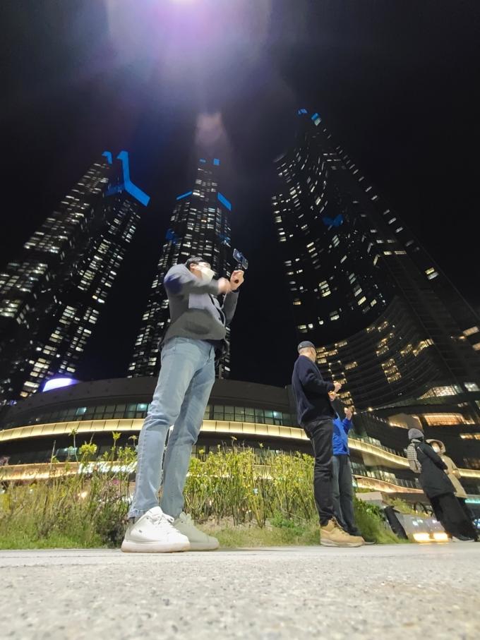 엘시티 앞에 모인 시민들./사진=박비주안 기자