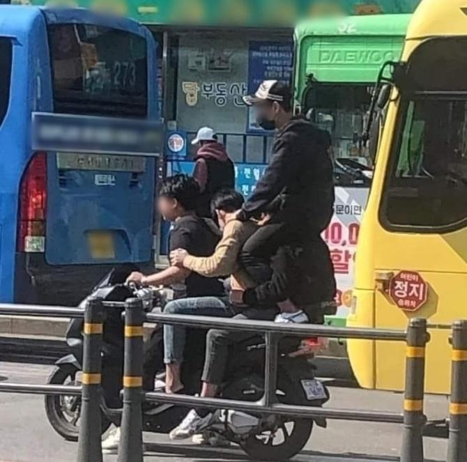 남학생 4명이 오토바이 한 대에 올라탄 사진이 올라와 충격을 줬다. /사진=커뮤니티 캡처