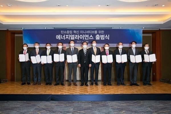 현대경제연구원을 포함한 10개 에너지기업 CEO들이 6일 서울 롯데호텔에서 '탄소중립 혁신 이니셔티브를 위한 에너지 얼라이언스' 출범식을 개최한 뒤 기념촬영을 하고 있다. /사진=현대경제연구원