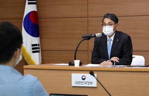 김정렬 LX한국국토정보공사 사장이 6일 오전 세종시 국토교통부 브리핑실에서 열린 기자간담회에서 취재진의 질문에 답하고 있다. /사진제공=LX