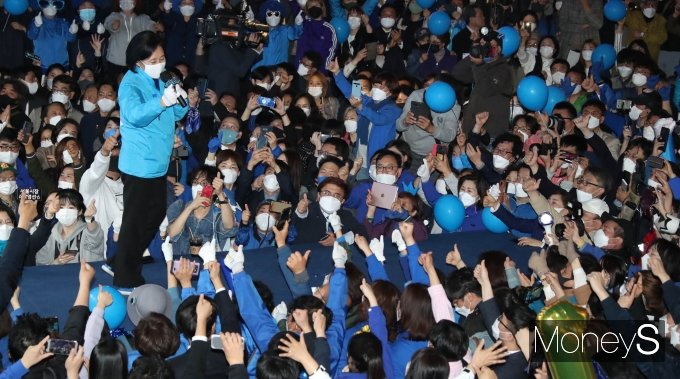 [머니S포토] '선거운동 마지막' 박영선, 2030 표심 잡기 집중