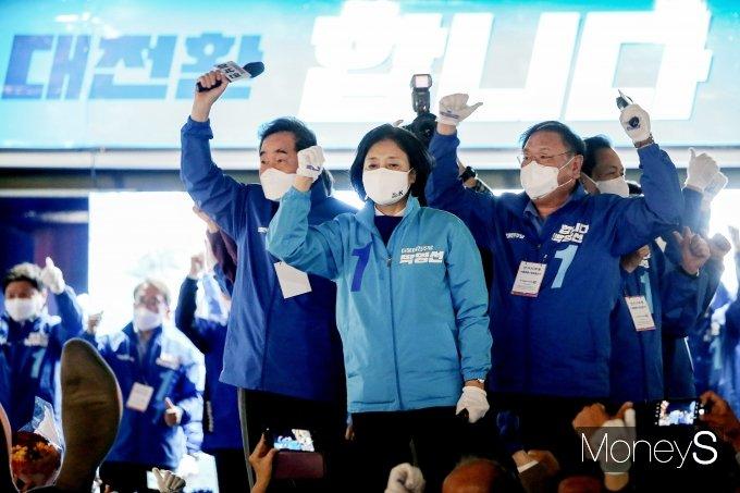 """[머니S포토] '재보선D-1 총력전' 박영선·이낙연·김태년 """"투표하면 이깁니다"""""""