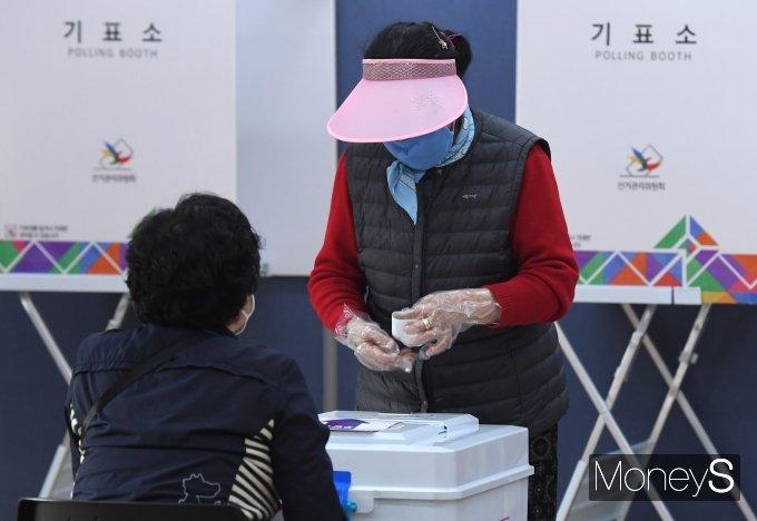 4·7재보궐선거 투표일인 7일 오전 서울 마포구 합정동주민센터에 마련된 투표소에서 시민들이 투표하고 있다. /사진=장동규 기자