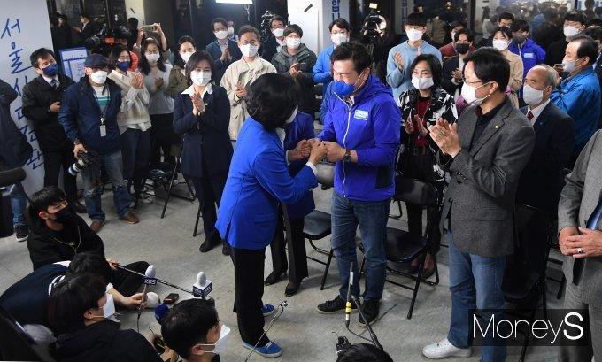 [머니S포토] 안국 캠프 찾아 지지자들과 인사하는 박영선