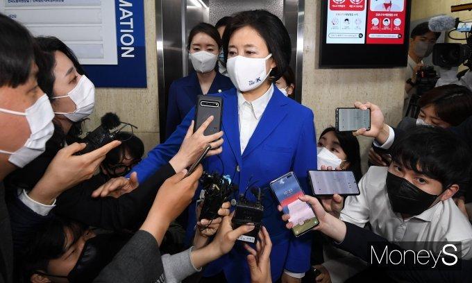 """[머니S포토] 박영선 """"겸허히 모든것 받아들인다""""…'패배 인정'"""