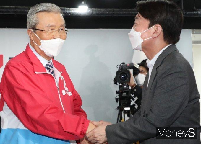 [머니S포토] 손맞잡은 김종인과 안철수