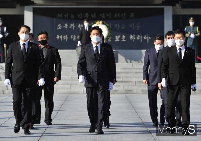 [머니S포토] 오세훈 신임 시장 '현충원 참배'