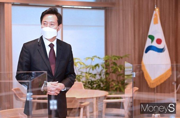 제38대 서울시장에 당선된 오세훈 신임 시장이 시정 업무를 보기위해 8일 서울 종로구 태평로1가 서울시청 본관에 출근, 시장 집무실을 둘러보고 있다.사진=임한별 기자