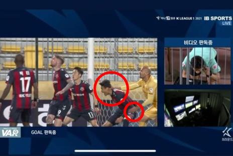 박지수가 골을 헌납하는 과정에서 상대 공격수가 반칙을 했다고 주장했다. /사진=박지수 인스타그램 캡처