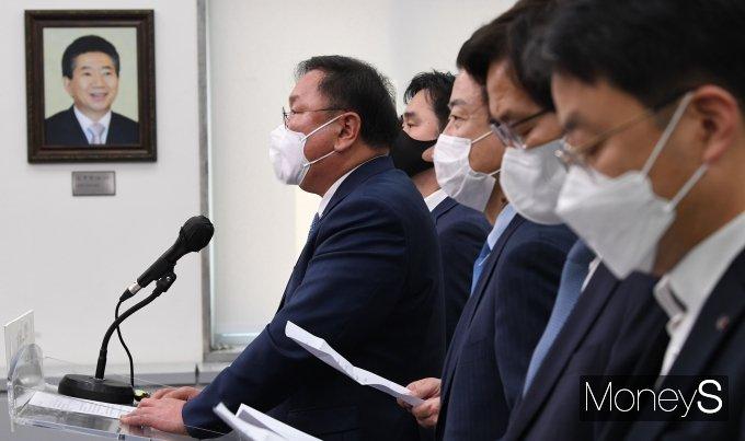 [머니S포토] 민주당 지도부 사퇴 성명서 발표하는 김태년