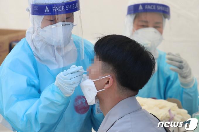 '블루투스 이어폰' 탑재된 마스크… 국내 착용 어렵다?
