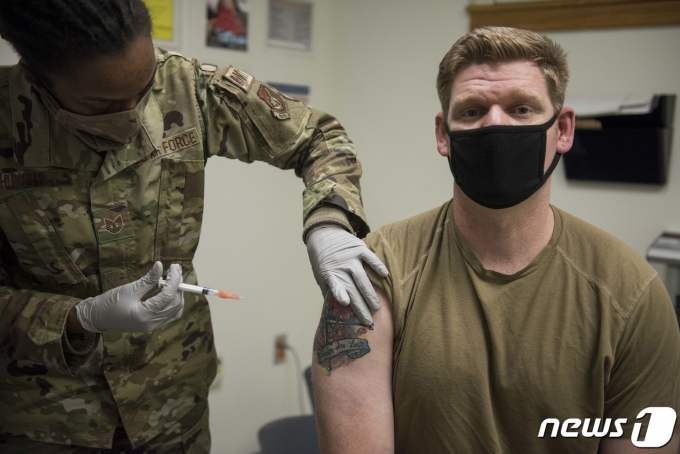 미군 장병들이 신종코로나바이러스 감염증(코로나19) 백신 1차 접종을 받고 있다. (주한미군사령부 제공) 2020.12.29/뉴스1 © News1 임세영 기자