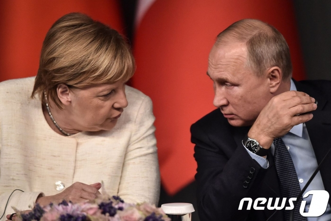 블라디미르 푸틴 러시아 대통령(오른쪽)과 앙겔라 메르켈 독일 총리. © AFP=뉴스1 © News1 우동명 기자