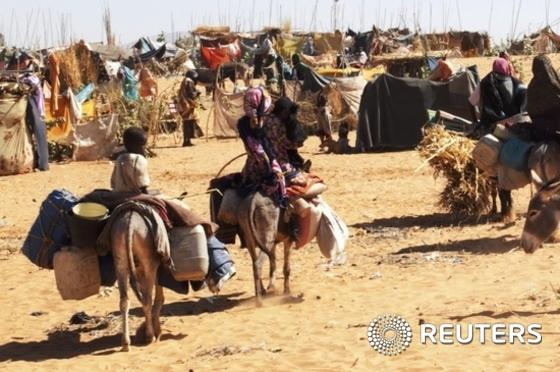 정부군과 반군의 교전을 피해 집을 떠난 수단 국민들이 당나귀를 타고 2015년 2월4일(현지시간) 북다르푸르주(州) 엘 파셔 인근에 설치된 자만자만 난민수용소에 도착하고 있다. (사진은 기사 내용과 무관함) / 뉴스1 © News1