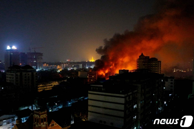 2021년 4월1일(현지시간) 군사 쿠데타를 반대하는 시위가 계속되는 미얀마 양곤에서 군부가 운영하는 루비 마트에 화재가 발생해 불에 타고 있다. © AFP=뉴스1 © News1 우동명 기자