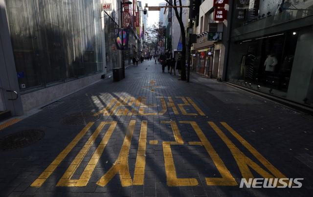 정부가 기존 거리두기 단계와 5인 이상 모임금지 조치를 유지한다. 사진은 코로나19 확산 여파로 서울 중구 명동거리가 한적한 모습. /사진=뉴시스