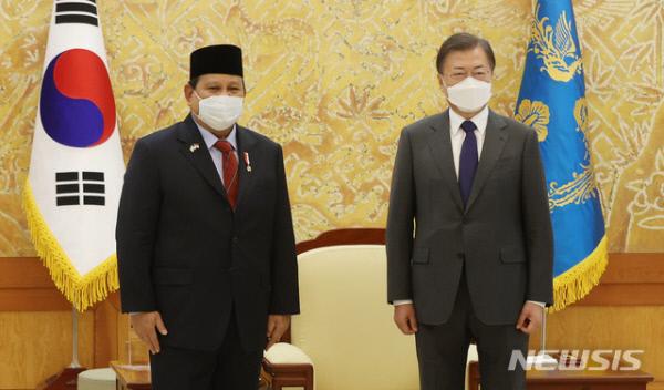 문재인 대통령이 지난 8일 오후 청와대 접견실에서 프라보워 수비안토 인도네시아 국방장관을 접견하기에 앞서 기념사진을 촬영하고 있다. /사진=뉴시스