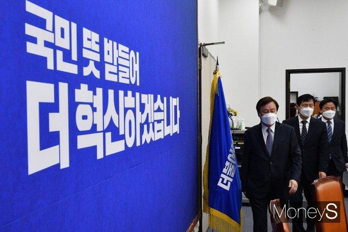 [머니S포토] 첫 비대위 회의 참석하는 도종환·이학영·김영진