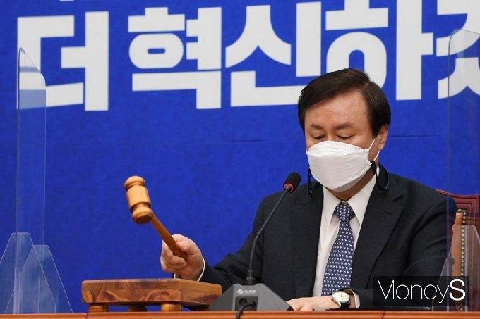 [머니S포토] 비상대책위원회의 주재하는 도종환 위원장