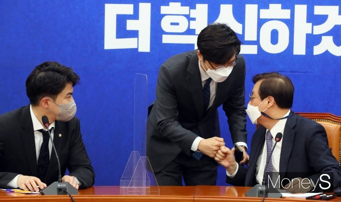 [머니S포토] 장철민·오영환 의원과 대화하는 도종환 위원장