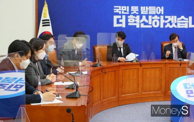 [머니S포토] 2030의원 발언듣는 도종환 비대위원장