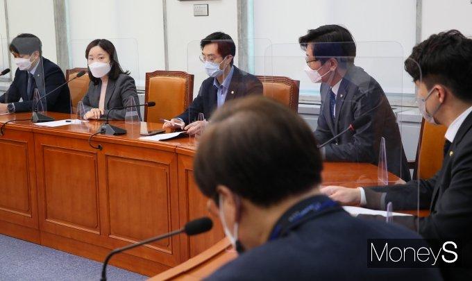 [머니S포토] 2030 의원 간담회에서 발언하는 이소영