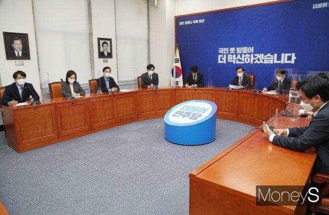 [머니S포토] 도종환 위원장 '2030 의원들과 당 혁신 논의'