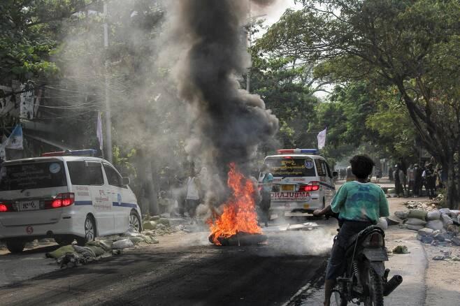 지난 1일 미얀마 만달레이에서 군사쿠데타 반대 시위 도중 거리에서 불이 타오르고 있다. / 사진=로이터