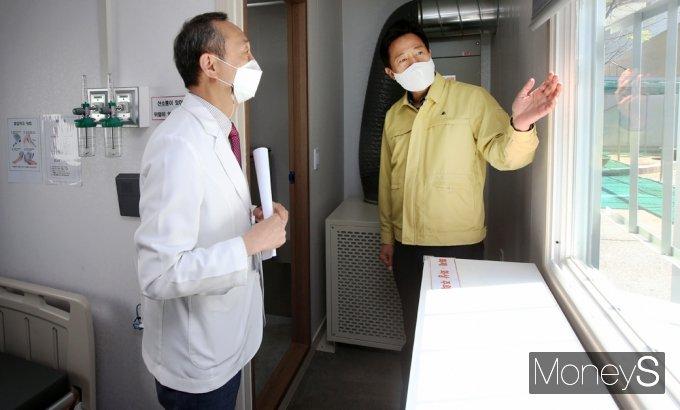 [머니S포토] 오세훈 '코로나19 대응' 행보, 이동형 음압병실 점검
