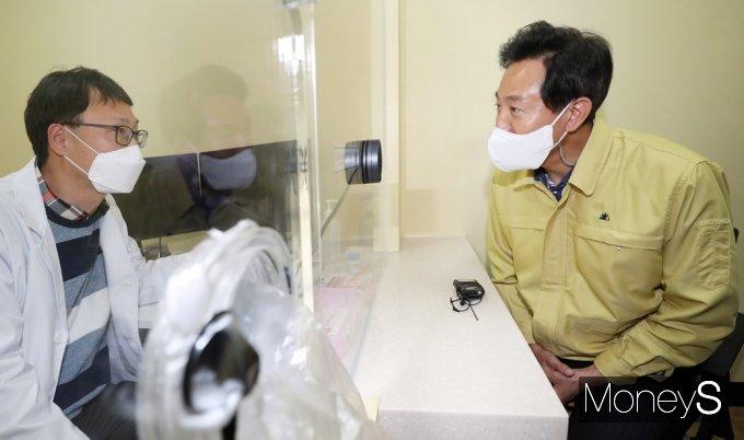 [머니S포토] 오세훈 '코로나19 대응' 이틀째 행보, 전담병원 의료진 격려