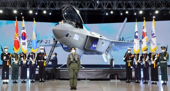 9일 경남 사천시 한국항공우주산업(KAI) 고정익동에서 한국형전투기 보라매(KF-21) 시제기 출고 퍼포먼스가 진행되고 있다. / 사진=뉴시스 박영태 기자