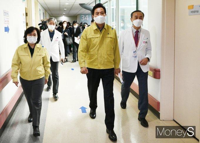 [머니S포토] 서울 서북병원 둘러보는 오세훈 시장