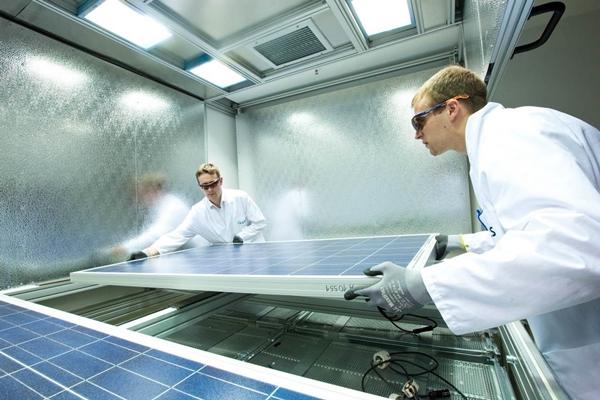 한화큐셀 독일 기술혁신센터 연구원이 태양광 모듈 품질 테스트를 하고 있다. /사진=한화큐셀