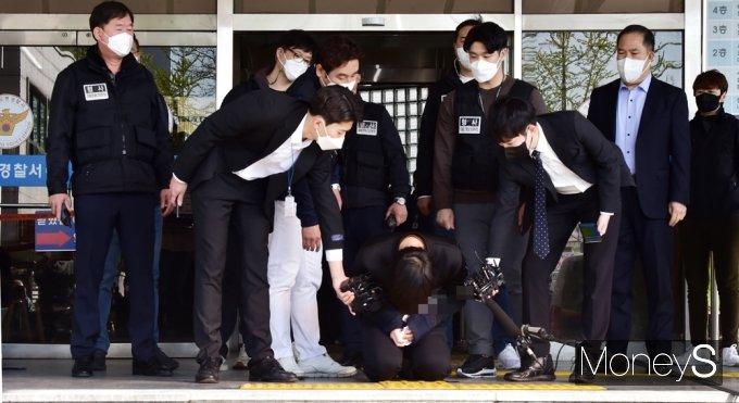 경찰은 김태현이 피해자의 가족도 살해할 수 있다는 의도를 갖고 집을 찾아간 것으로 보고 있다. 사진은 9일 오전 김태현이 서울 도봉경찰서 유치장에서 검찰로 송치되기 전 포토라인에서 무릎을 꿇은 모습. /사진=임한별 기자