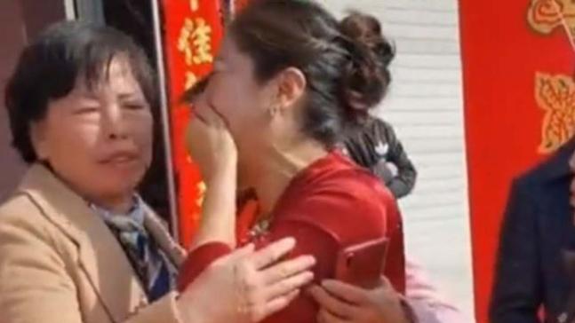 중국의 한 결혼식서 친딸로 밝혀진 며느리를 시어머니가 껴안았다. /사진=페이스북 캡처