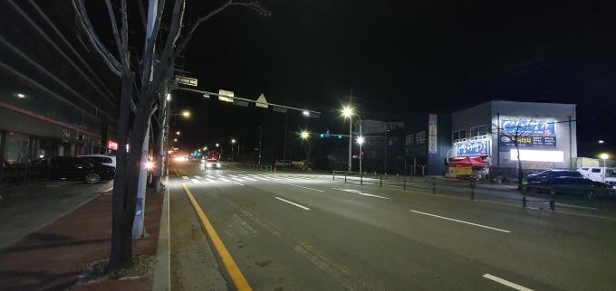 용인시 처인구는 9일 야간 보행자들의 교통사고 예방을 위해 용인시청 삼거리등 관내 주요 간선도로 48곳에 LED 투광등 90개를 설치했다고 밝혔다. / 사진제공=용인시